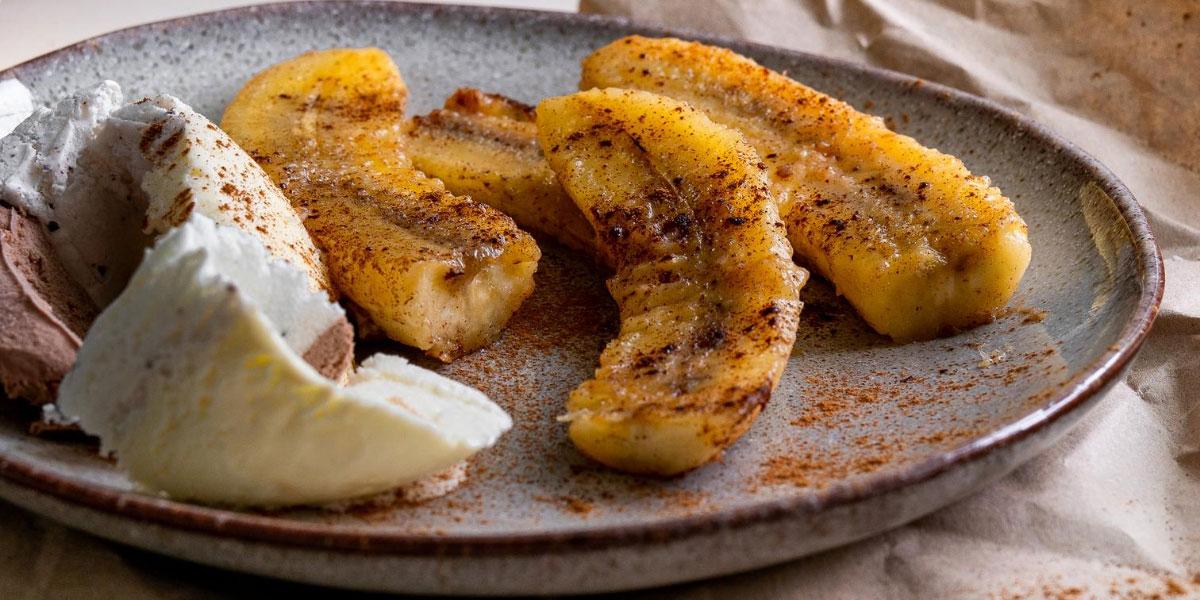 Pečene banane s sladoledom