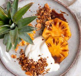 Pečen ananas s cimetom in medom