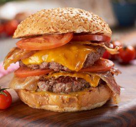 Burger z medeno gorčično omako